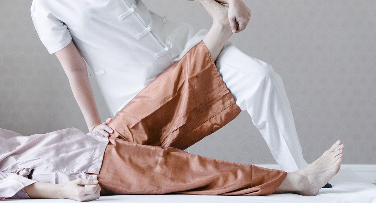 Masaje Tailandés. Danza armónica que combina presiones, estiramientos, balanceos, deslizamientos, posiciones de yoga y respiración.